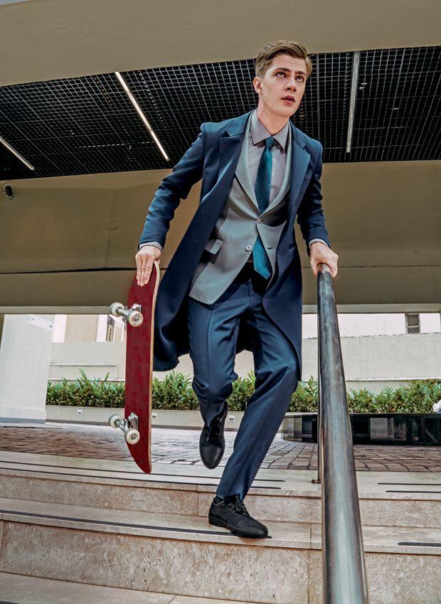 Casaco e blazer (preços sob consulta), calça R$ 3.160 e sneakers R$ 2.200 Prada   Camisa Noir, Le Lis R$ 398   Gravata Aramis  R$ 179   Meias Lupo R$ 25,40   Skate Acervo  (Foto: Jacques Dequeker)