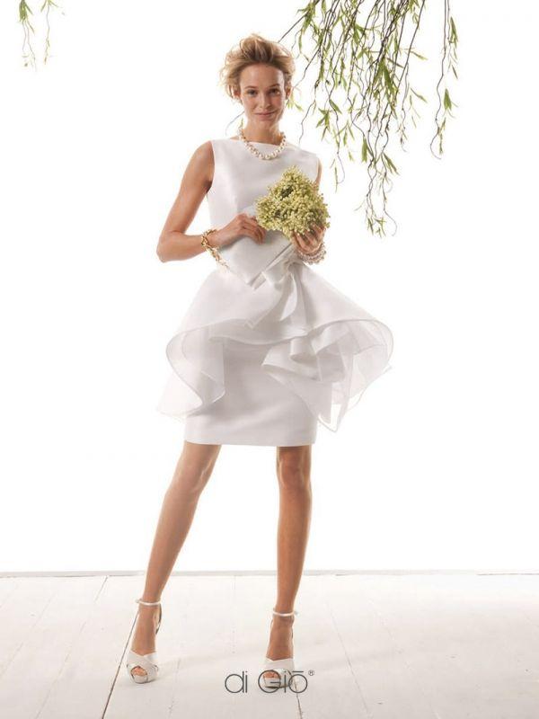 CR 02 | Abito Haute Couture, realizzabile anche in colorato, in seta pura con scollo a barchetta. Gonna a tubino e sopragonna geometrica con arricciatura. | #lesposedigio #weddingdress #madeinitaly #bridaldress | www.lesposedigio.com