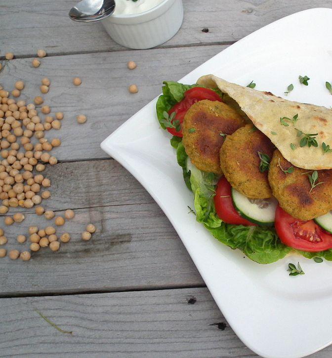 Poznáš exotický falafel?Mimoriadne chutnú zmes cíceru avoňavých korenín? Väčšinou je podávaný varabskom pita chlebe. No, prečo si ho nedopriať vzdravšej verzii, ato všpaldovej tortille? Špaldová múka má menej lepku ako bežná pšenica, apreto je pre nás ľahšie stráviteľná. Spolu scícerom, ktorý je bohatý na bielkoviny, vytvoria kombináciu, ktorá je nabitá nutrične hodnotnými živinami. Ja som… Continue reading →