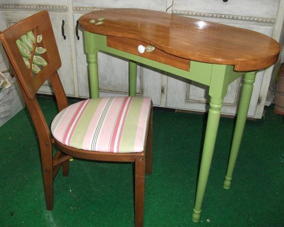 Cute vanity fair kidney top dressing table and by for Cute vanity desk