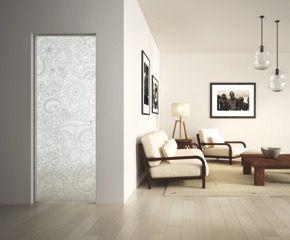 Porte coulissante tout verre eclisse avec habillage graphique idéal pour un intérieur avec une déco ethnic chic . Osez la porte en verre pour moderniser votre intérieur et le personnaliser