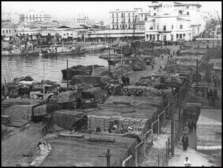 "https://flic.kr/p/21QXVJB | Η ακτή Μιαούλη από το Δημαρχείο εώς το μώλο της Τρούμπας ήταν για μεγάλο διάστημα κατακλεισμένη από εμπορεύματα που έφεραν τα πλοία. Από το βιβλίο του Βασίλη Πισιμίση ""Το Ρολόι του Πειραιά""."