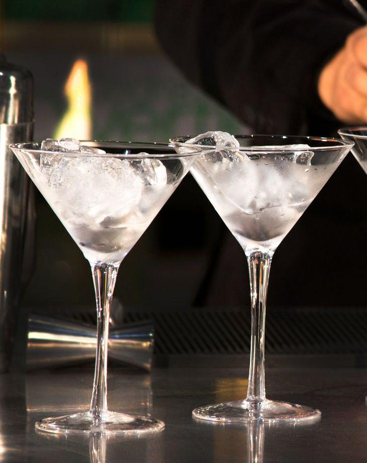 El sello característico de un buen Martini es una copa bien fría.  Colocar hielo, mesclar con una cuchara, dejar enfriar, retirarlo antes de servir.