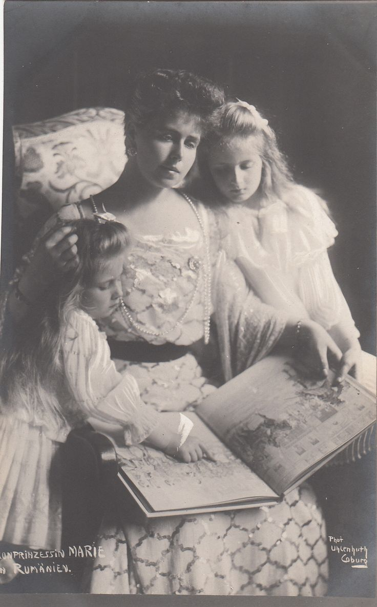Queen Marie of Romania (1875-1936) with her daughters, Princess Elisabetha (1894-1956) and Princess Mignon (1900-1961), in 1905.