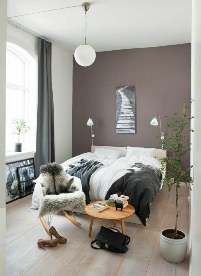 mur taupe, lustre blanche, plafond blanc, rideaux taupes, fenetre grande, chambre pleine de lumière