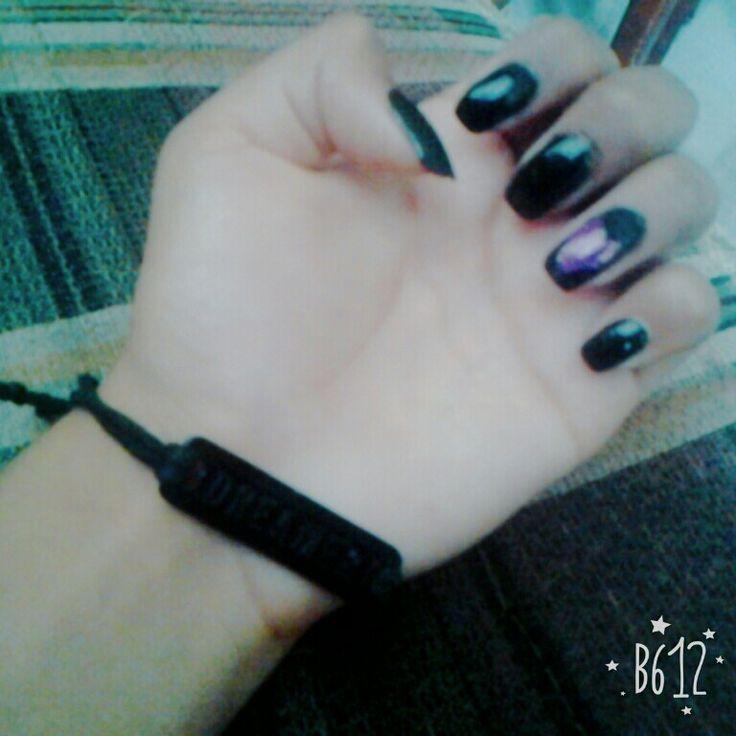Uñas negras con un ♥Corazon ♥morado