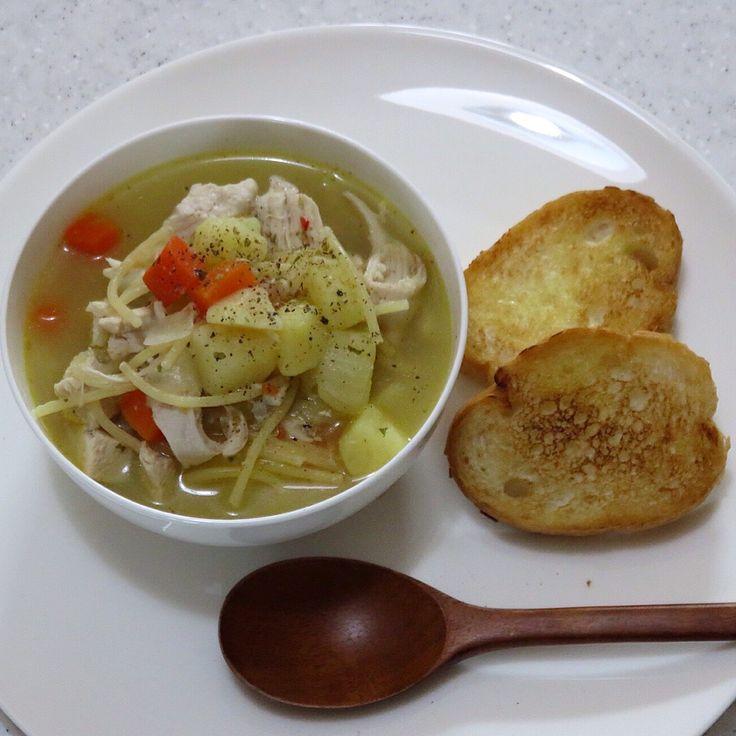 오늘은 미국스프가 먹고프다는 서방님을 위해 치킨 누들 스프 한그릇과 바삭한 식감을 위해 마늘 토스트 까지. *닭가슴살(아무 부위나 상관없음)을 통채로 소금으로 간해 물에 삶다 꺼내서 포크로 띁어넣고 감자와, 양파, 당근, (샐러리는 없어 못넣음) 마늘, 월계수잎, 후추, 올리브오일약간, 오리가노와 파슬리넣어 끓이다 파스타 국수 부러트려넣어 끓임 끝~ 취향에 따라 파마쟌치즈 넣어 드삼. *빵에 올리브오일 뭍혀 바삭하게 구워내 생 마늘을 표면에 문질러주면 마늘향 가득한 토스트 완성. ^.-미국에선 감기에 효과가 있다고 감기걸렸을때 많이 먹어요. 혹 감기 기운이 있으면 효과가 있나 한번 만들어 먹어보세요.