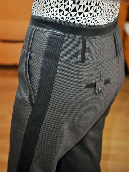 Расставить брюки по боковым швам
