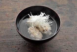 いちばん丁寧な和食レシピサイト、白ごはん.comの「鰯(いわし)のつみれ汁の作り方」をお伝えするレシピページです。いわしを手開きにして、少し粗めにたたいて、卵白を混ぜ合わせ、ふんわりとした鰯のつみれに仕立てます。それぞれの作り方を丁寧に写真付きで作り方を紹介しています。仕上げに白髪ねぎを添えていただきましょう!