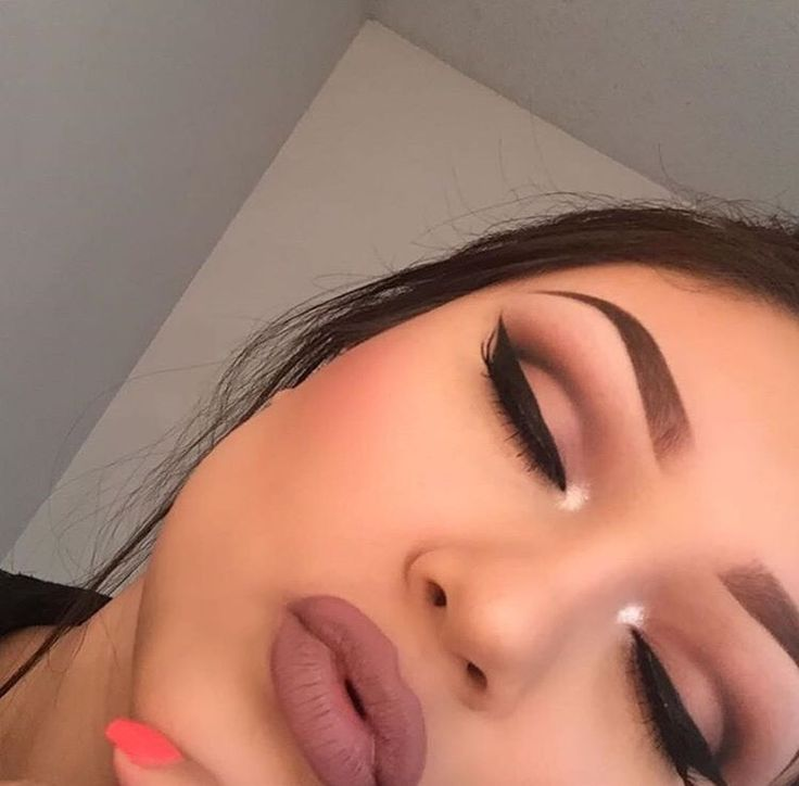 Beautiful mauve cut crease eyeshadow and matte lipstuck! The eyebrows are perfect, of course! ¤ Like this pin? Follow me for more @rosajoevannoy ツ