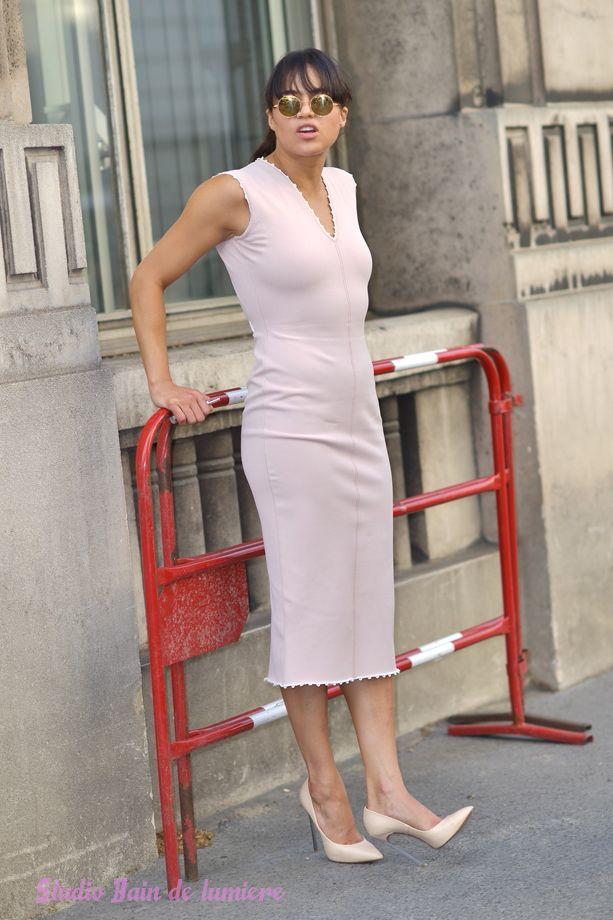 Lactrice américaine #michellerodriguez connue pour ses roles dans Fast and Furious de passage à #paris pour la #fashionweek #shootphoto par Bain de Lumière à la sortie dun défilé de mode.#offduty #streetstyle #PFW#fashionweek
