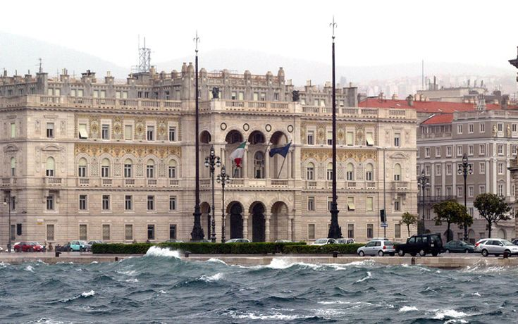 TRIESTE - Le Rive e il palazzo della Prefettura che si affaccia su piazza Unità