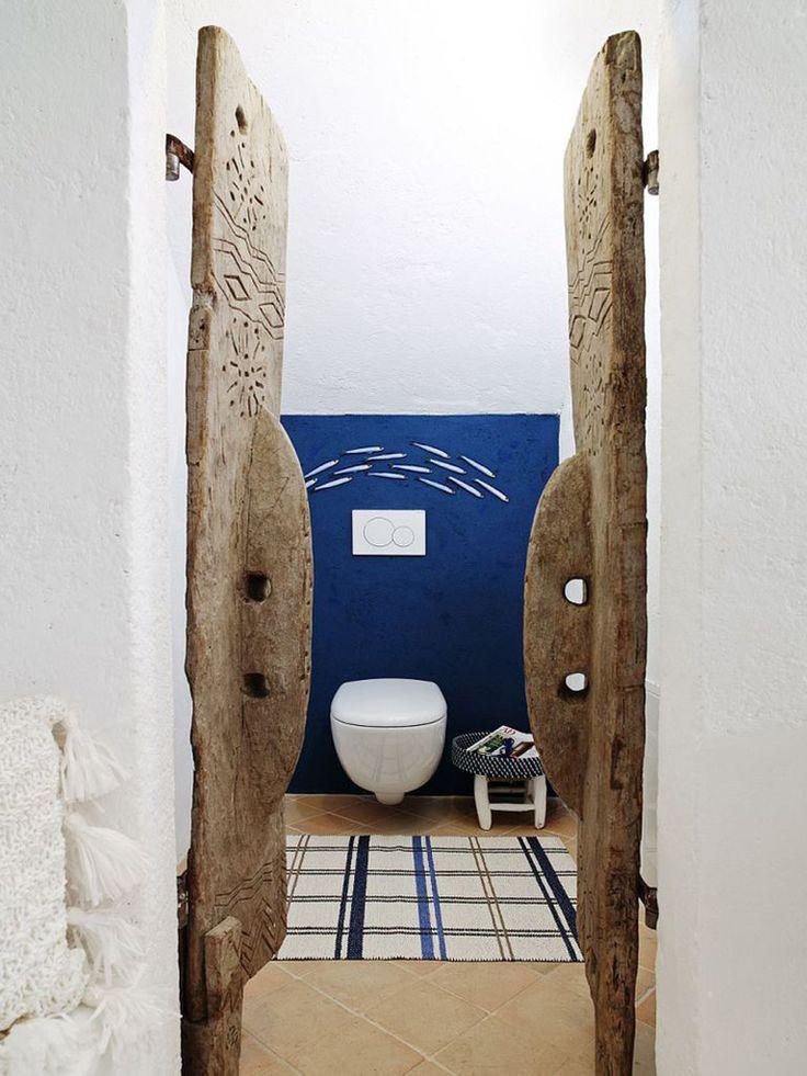 В туалет спальни на первом этаже ведут винтажные резные двери.  (средиземноморский,средиземноморский интерьер,средиземноморский дом,средиземноморский стиль,деревенский,сельский,кантри,архитектура,дизайн,экстерьер,интерьер,дизайн интерьера,мебель,ванна,санузел,душ,туалет,дизайн ванной,интерьер ванной,сантехника,кафель) .