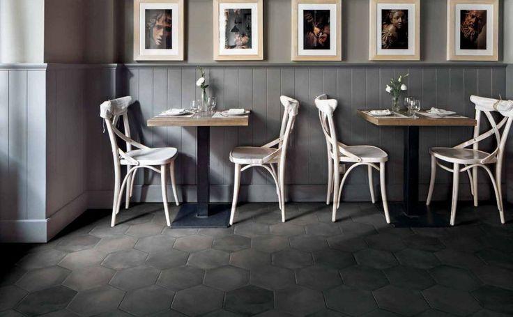 Czarne heksagonalne płytki w aranżacji restauracji - Fap Firenze