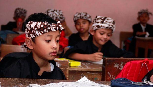 Sebanyak tiga guru Bahasa Sunda di Jawa Barat mendapat Hadiah Hardjapamekas 2015. Pemberian penghargaan berlangsung di