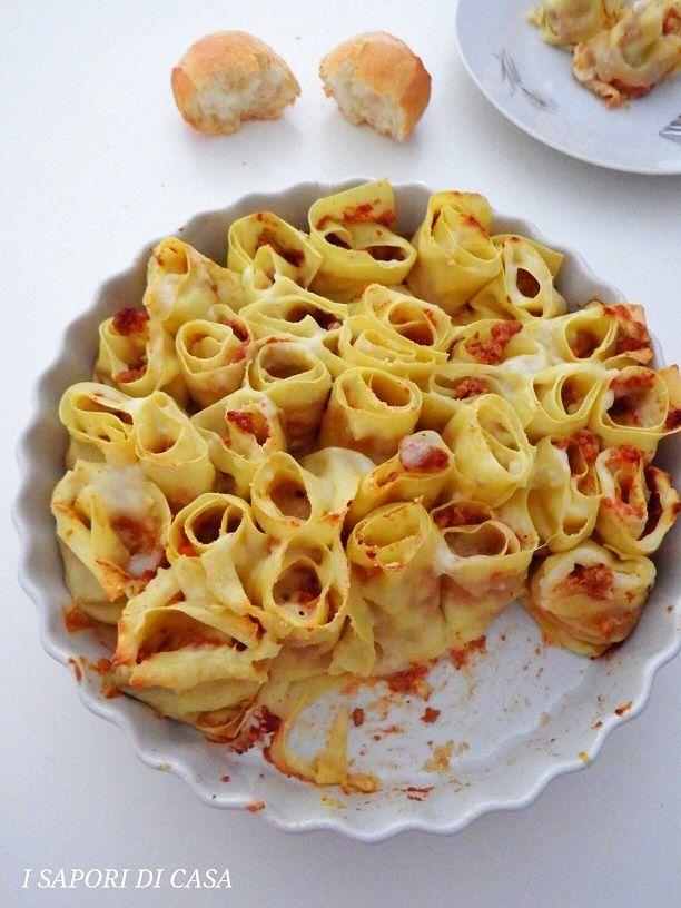 Le rose di lasagne con ragu alla bolognese sono il piatto perfetto per la domenica in famiglia o se avete in programma una cena tra amici e volete fare colpo ;) Morbide e delicate, le rose di lasagne vi faranno fare un figurone, e la cosa bella è che potete prepararle in anticipo, conservare in frigorifero