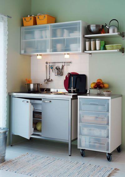 3 sc narios pour am nager une cuisine lot de cuisine dans le placard mini cuisine. Black Bedroom Furniture Sets. Home Design Ideas