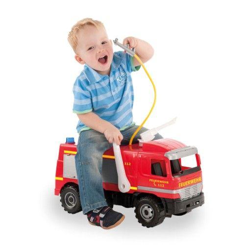 Au feu les pompiers !!! Avec  ce camion de pompier géant votre enfant va pouvoir arroser tout le jardin. Ce camion sur 3 essieux solides, peut supporter le poids d'un enfant jusqu'à 50 kg. La lance à incendie rotative permet de projeter un jet pouvant atteindre 8 mètres de distance. Rempli d'eau, ce sont des heures et des heures de jeux garanties au jardin, sans eau vous pourrez aussi l'utiliser en intérieur.