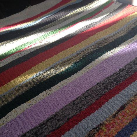 Írtam már itt a blogban, hogy a varrás mellet szőni is nagyon szeretek. Ez a tevékenységem akkor teljesedett ki igazán, mikor kaptam egy szövőállványt (addig csak keretem volt). A fonal az kinőtt, …
