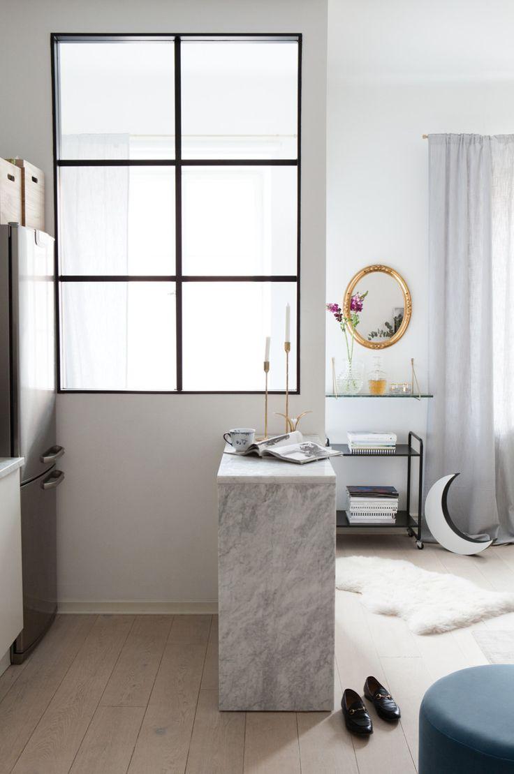 I modeprofilen Joanna Fingals välplanerade lägenhet ryms mjuka textilier i linne, möbler i sammet och smarta funktioner som skapar karaktär och sociala ytor för att hänga med familj och vänner.