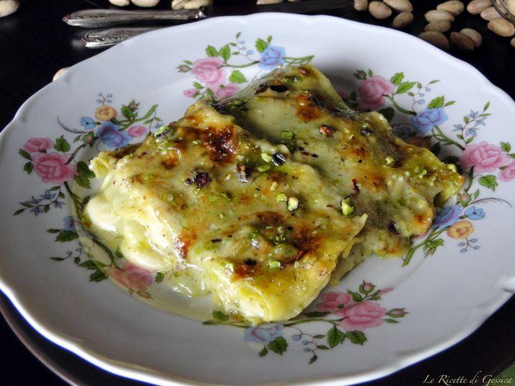 Ricetta per preparare in casa le LASAGNE AL PISTACCHIO E SPECK. La pasta fresca viene condita con una besciamella al pesto di pistacchi, speck e formaggio.