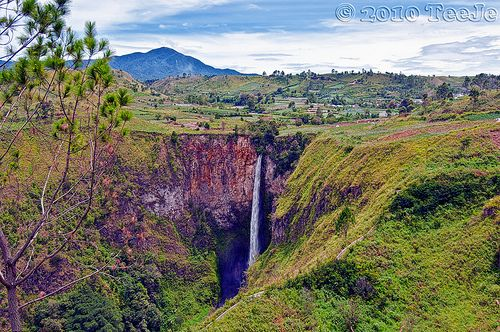 "120 meters high Si Piso piso Waterfall.Si Piso piso is a waterfall near Tongging, on the northwestern tip of Lake Toba. The name Sipisopiso means ""like knives"" (ie. ""seperti pisau-pisau"" in Malay). Si piso piso is visible from the vantage point at Tongging, where one can also enjoy scenic views of Lake Toba."