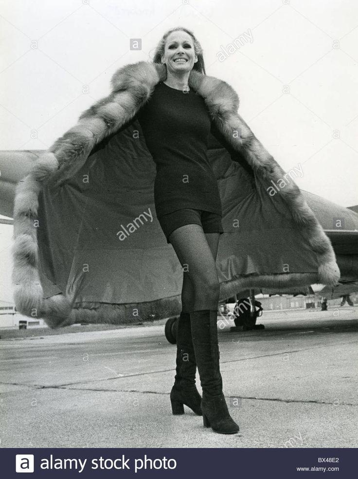 ursula-andress-swiss-film-actress-about-1965-BX48E2.jpg (1039×1390)
