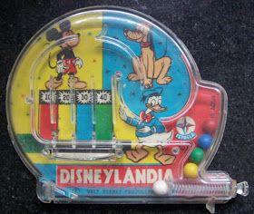 Jogo Pimbal Disneylândia produzido pela Estrela nos anos 60. As bolinhas são lançadas e ganha quem somar mais pontos em cada rodada.   Ness...