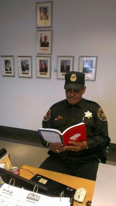 Min nye Obamaven, senior-sikkerhedsvagten Romero i Demokraternes hovedkvarter - med en lang karriere i CIA og senere Secret Service - var glad for at 'læse' min bog;) Og jeg er glad for, at han ville :) Ps. Bemærk billederne på bagvæggen!