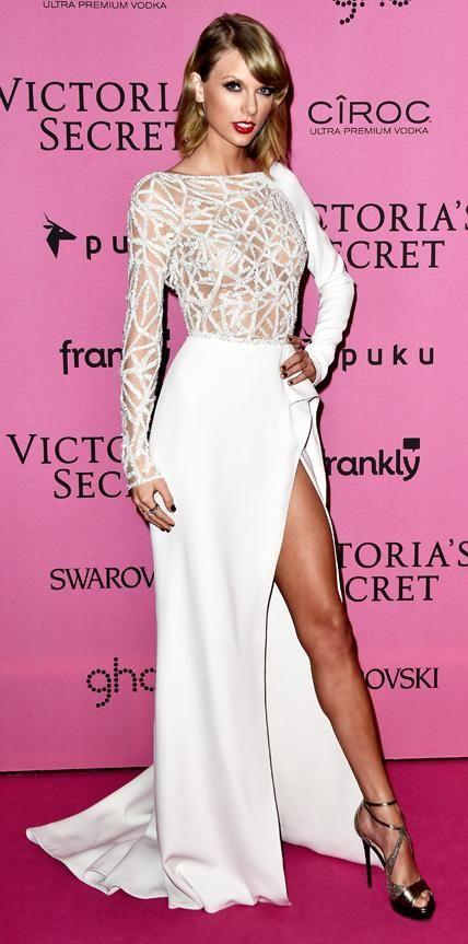 Taylor Swift veste  Zuhair Murad, vestido off white de tule bordado com transparência e fenda.
