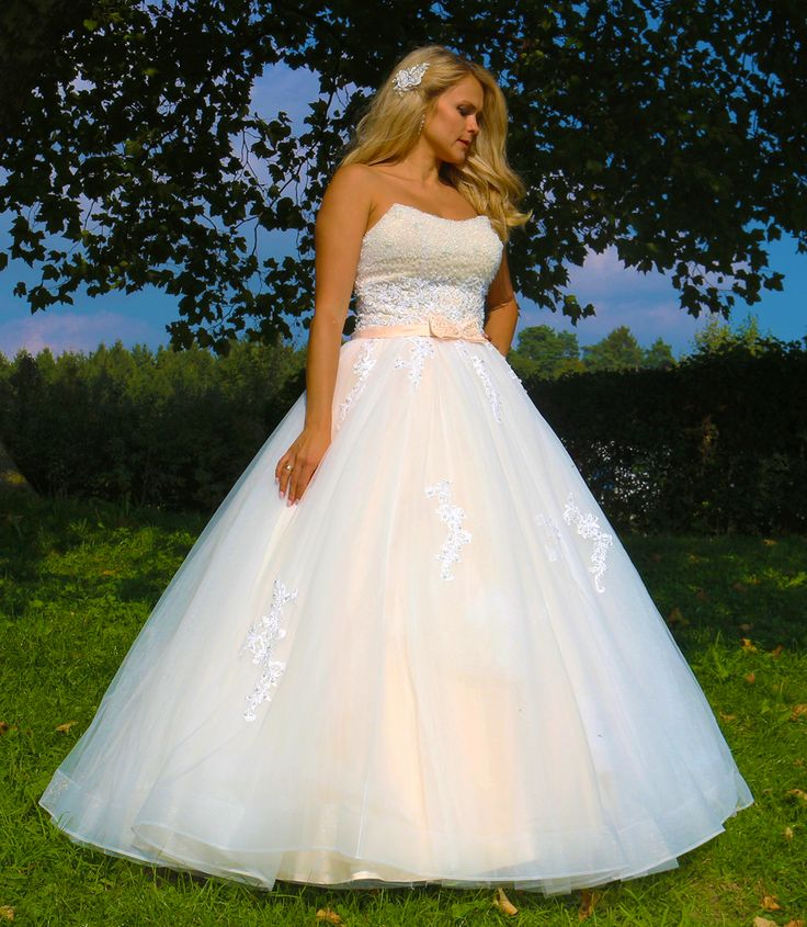 ♕ Traumhaft schönes Brautkleid ♕  ❦❦❦  aufwendige Handarbeit aus hochwertigen Stoffen! Spitzen Qualität!   ❦❦❦ Das Kleid ist ein Unikat!  ❦❦❦ Mit hochwertigen eingearbeiteten Corsage.  ❦❦❦ Das Kleid ist mit funkelnden Perlen, Kristallen und Spitze verziert.  ❦❦❦ Ein wunderschönes Brautkleid aus Tüll.  ❦❦❦ Das Kleid verfügt über einen eingearbeiteten Unterrock aus mehreren Tüll-Lagen.  ❦❦❦ Sie können zwischen zwei Farben auswählen: Champagner, Weiß oder Ivory.