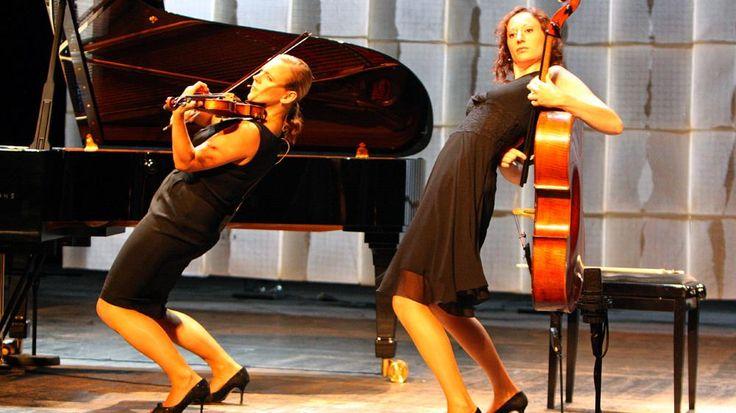 """Ecco a voi le """"Salut Salon"""", il quartetto che sta facendo impazzire il mondo - #Video http://www.digita.org/ecco-a-voi-le-salut-salon-il-quartetto-che-sta-facendo-impazzire-il-mondo-video/ #musica #SalutSalon Bravissime, simpaticissime ed originali: stiamo parlando delle Salut Salon, un quartetto di ragazze tedescheche sta stupendo non solo la Germania, ma tutto il mondo, con le loro incredibili esibizioni!"""