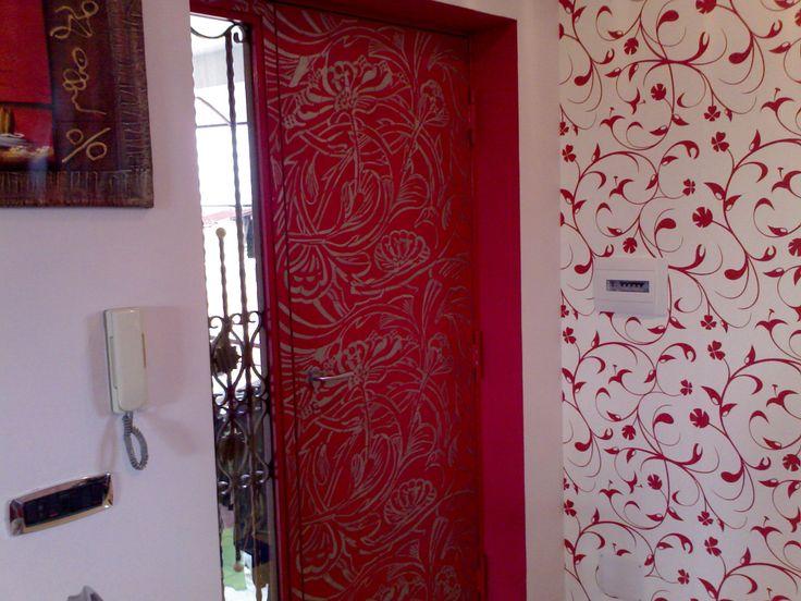 Stencil floreale su porta di ferro