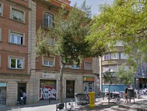 Жилое здание, под реконструкцию, в Барселоне.. Общая площадь – 385 кв.м. В здании 3 этажа. Нижний этаж: сад и бассейн, квартира свободна. Первый этаж – офис, в стадии изменения назначения. Верхний этаж (атико) – квартира с эксклюзивным пользованием террасой на
