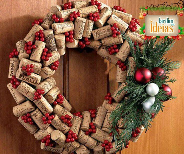 Cansada das tradicionais guirlandas? Aposte neste modelo feito com rolhas de garrafa de vinho. Para reproduzir esse enfeite use cola quente. #natal