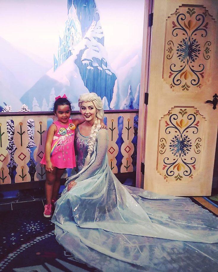 #tbt de um dos momentos mais emocionantes da minha viagem! Minha #princesa visitou o castelo de vdd da Frozen e conheceu a Elza e a Ana! A carinha de feliz da minha filha, o olhar surpreso de quem não acreditava no que via, não tem preço! Realizei um #sonho da minha pequena e descobri que tinha um sonho que estava sendo realizado tb naquele momento: proporcionar cada vez mais esses momentos que dinheiro nenhum paga! Roupa de marca, celular última geração, carro do ano... Nada! NADA nesse…