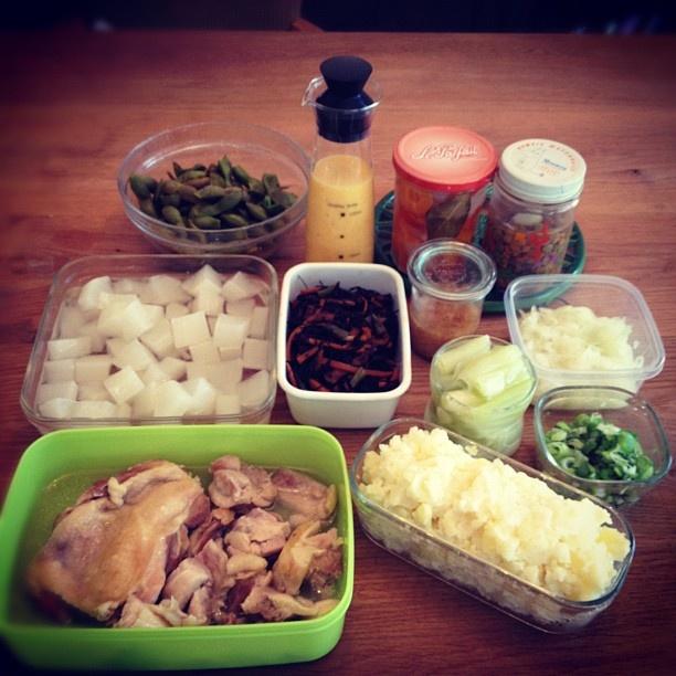 久しぶりに下ごしらえ、保存食やら一気に作りました。 長尾智子さんの新刊レシピが多いかな♬  鶏肉の塩煮  マッシュポテト   大根の塩煮   ひじきの煮物   ねぎの塩煮   きざみねぎ   酢もみ玉ねぎ   しょうがジャム   黒豆枝豆   玉ねぎドレッシング   ピクルス   レンズ豆の酢漬け。   さて、晩御飯の準備とパン焼かねば! - @koguma78- #webstagram
