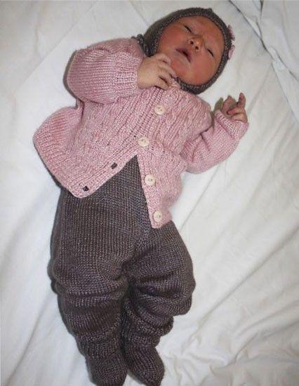 """""""Anne hentesett"""" Sparkebukse, cardigan, lue og sokker i strikkeoppskriften. Strikket i Fin, av babyalpakka og silke <3"""