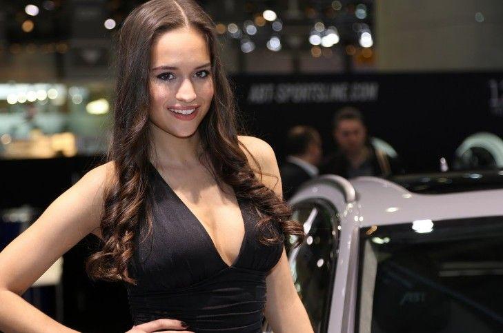 Foto Deretan Wanita Seksi Geneva Motor Show 2017