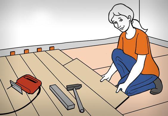 Heimwerkerin verlegt Klick-Laminat. Neben ihr liegen Hammer, Holzlatte und Stichsäge.