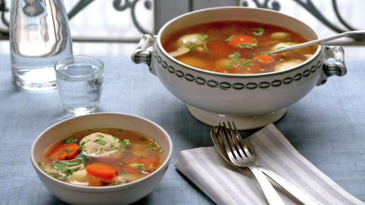 - Dette er en suppe for sjelen, eller når du er syk. Min østerrikske bestemor pleide å lage en suppe med kyllingboller som jeg alltid lengter etter når jeg er i dårlig form. Melboller (eller quenelles på fransk) serveres tradisjonelt med en tykk saus, men jeg synes de passer like godt i denne lette suppen, skriver BBCs matstjerne Rachel Khoo om retten.    Smak til med salt og pepper før servering. Avhengig av kvaliteten på kraften er det ikke sikkert at du trenger å tilsette noe salt eller…