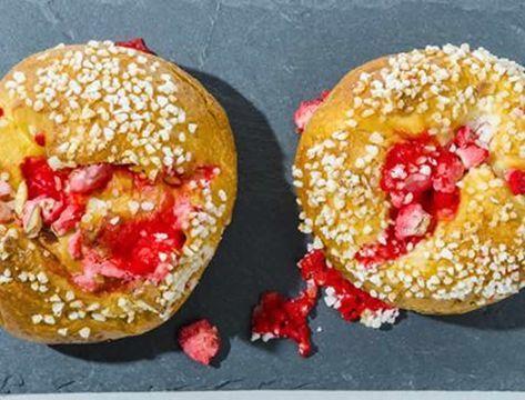 Gâteau de Saint-Genix au thermomix. Je vous propose le gâteau ou la brioche de Saint-Genix, garnie de pralines rouges. Une recette simple à préparer chez vous au thermomix.
