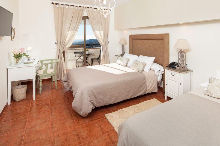 Dormitorio romántico en hotel rural mediterráneo.