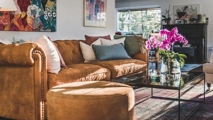 Brun Buffeln skinn soffa chesterfield, nitar, Baggen fotpall, puff, soffbord, bord, Jaguren marmorbord, marmor, svart, vardagsrum, inredning, möbler, antik, rund, rymlig.