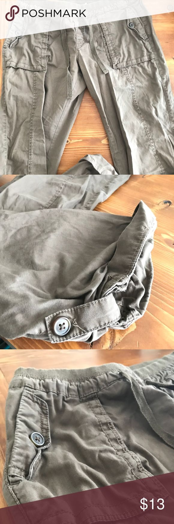 Old Navy- Cargo Pants 💕🌿 Old Navy- Cotton Army Green Cargo Pants. Very comfortable, Size XS, Pants button up for cropped look. Barely worn! ❤️ Old Navy Pants Ankle & Cropped