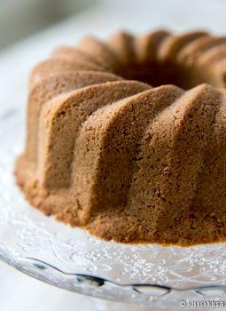 Kaikkien herkkusuiden suosikki on amerikkalainen juustokakku, joka kypsytetään hitaasti uunissa ja nautitaan kylmänä marjakastikkeen tai tuoreiden marjojen kera. New York Cheese Cake -nimellä tunnettu kakku on julkaistu täällä blogissakin muutama vuosi sitten. Sen sijaan tämä versio näyttää ulkokuoreltaan tuiki tavalliselta kuivakakulta. Yllätysmomentti paljastuu vasta kakkua leikatessa. Paistotapa uudistaa tämän suussa sulavan klassikon. New York Cheese […]