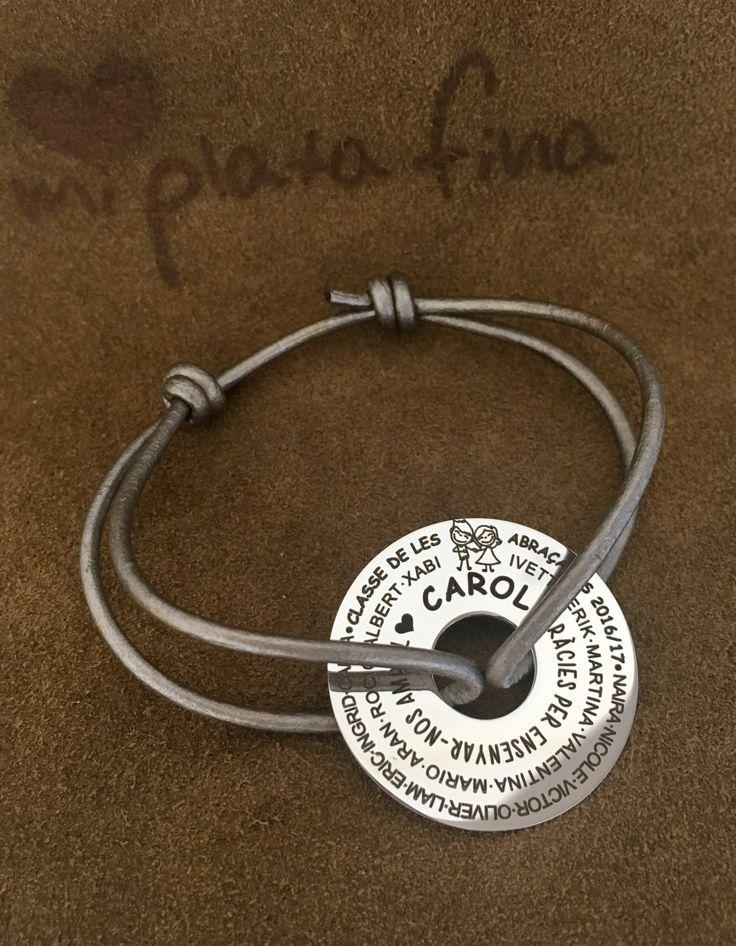 Pulsera ARO XL en plata de ley con cuero gris metalizado. Pulseras grabadas personalizadas. Regalo especial para la profe en fin de curso.  #joyasquehablandeti #miplatafina