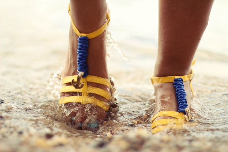 Sandals in yellow with metal anchor.