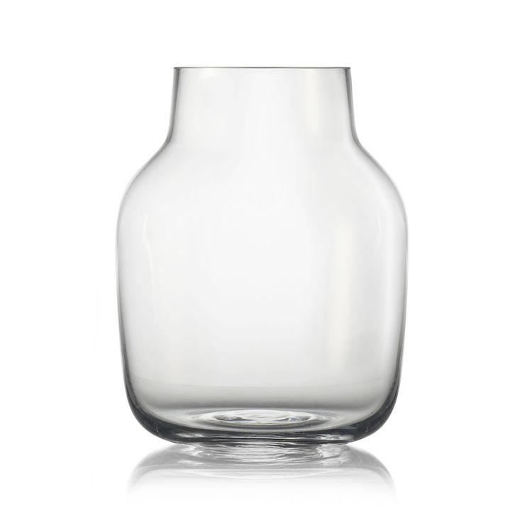 Silent, handgjord vas i munblåst glas formgiven av Andreas Engesvik för Muuto. Glaset har omsorgsfullt blivit både slipat och polerat. Silents harmoniska mjuka linjer ger en tidlös vas som skänker glädje i många, många år. Silent finns i två olika storlekar och i flera olika transparenta färger.