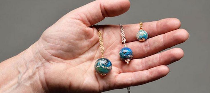 Merry Coor, l'artiste qui réalise des bijoux avec les cendres de vos proches